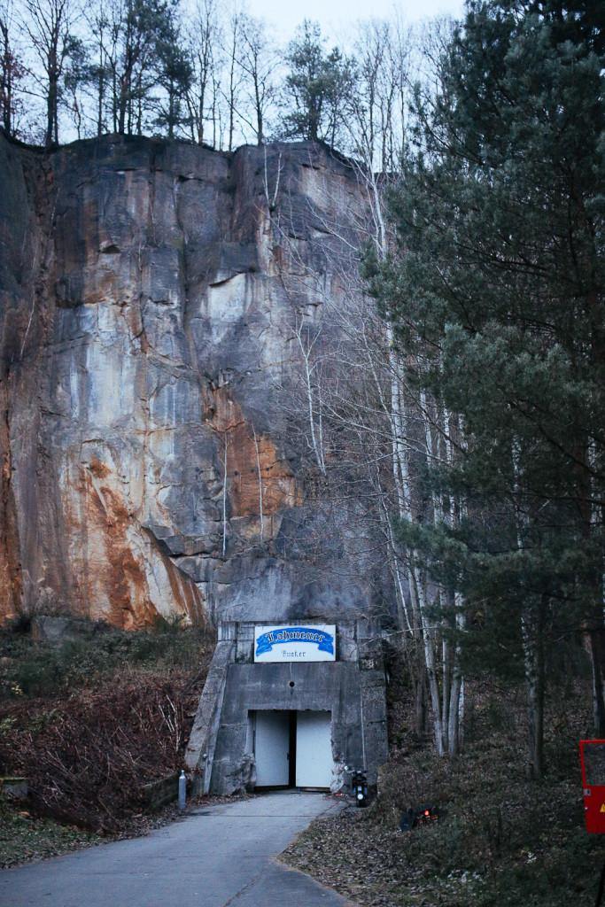 In den Fels gebaut: Der Eingang zum Lohmener Bunker (Foto: Filmakademie Baden-Württemberg)