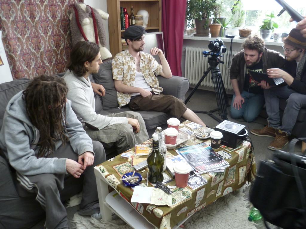 """Das Team am Motiv """"Couch"""": Nick Buckenauer, Nassim Avat, Sebastian Drischinski, Kameramann Dennis Riebnstahl und Regisseur Lasse Buchhop"""