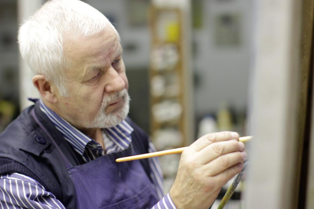 Der Künstler Peter Nagel bei der Arbeit. - Foto: © Christian Mertens/Beleza Film