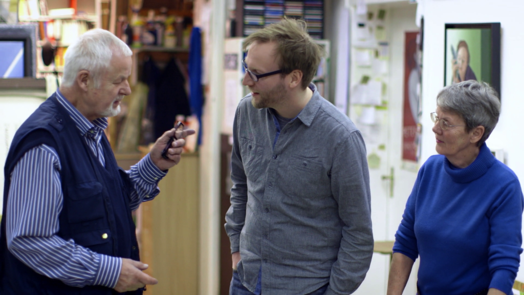 Regisseur Christian Mertens (Mitte) im Gespräch mit Peter Nagel und dessen Frau Hanne Nagel-Axelsen, ebenfalls Künstlerin. - Filmstill: © Beleza Film
