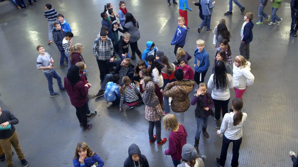Spannende Drehsituation im Bildungszentrum. - Filmstill: © Beleza Film